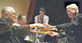 Recibe Ernesto Vera el premio Periódico Patria, entregado por vez primera por la Sociedad Cultural José Martí