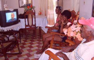 Puertopadrenses siguen comparecencia de Fidel Castro