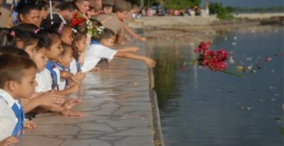 Mar de flores en homenaje a Camilo